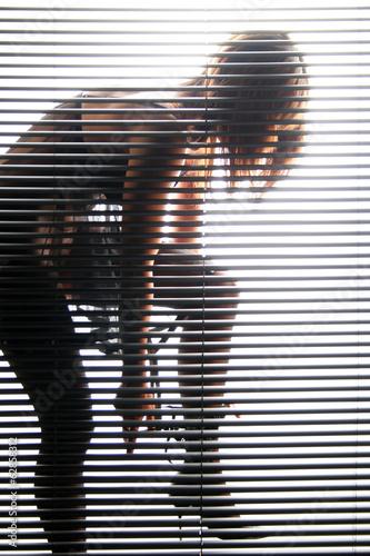 Frau zieht Unterhose aus - 62858312