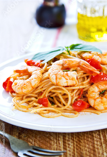 Spaghetti with prawn and tomato
