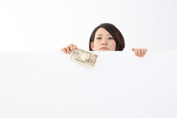 一万円を持つ女性