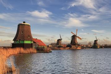 Paisagem típica da Holanda com os seus moinhos de vento