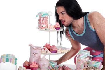 Mann liebt Süßigkeiten und möchte naschen