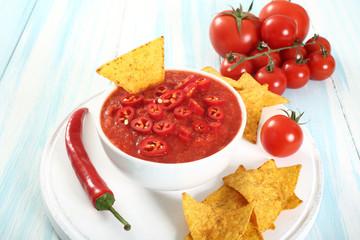 nachos in salsa pomodoro e peperoncini
