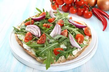 pizza vegetariana con verdure fresche