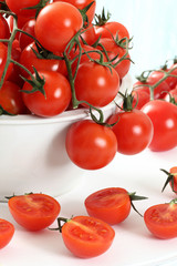 pomodoro fresco sfondo bianco