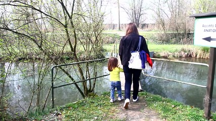 mamma e bimba nella natura