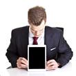 Geschäftsmann schaut auf Tablet PC