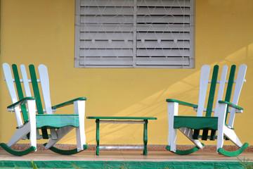 Deux fauteuils sur le balcon