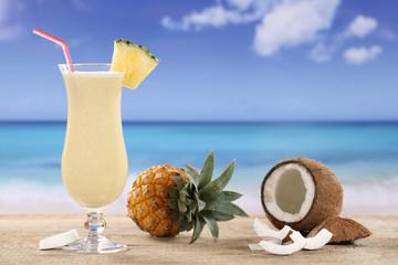 Pina Colada Cocktail am Strand im Urlaub