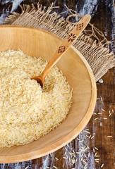 Рис басмати в деревянной тарелке