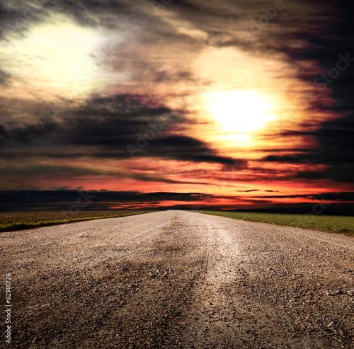 strada sterrata di campagna al tramonto