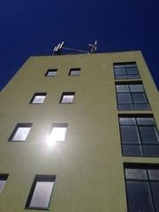 Bürogebäude mit Antennen