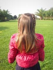 Bambina con treccie