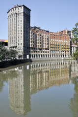 Río Nervión al paso por Bilbao, España