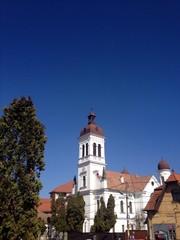 Seitenansicht einer weißen Kirche in Rumänien
