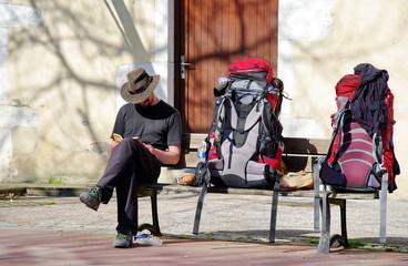 pèlerin  de compostelle sur un banc