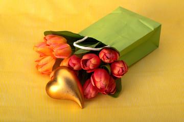 Goldenes Herz mit Tulpen
