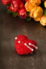 Rotes Herz mit Tulpen