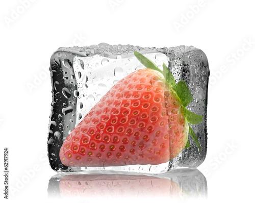 canvas print picture Truskawka w kostce lodu