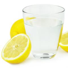 Wasser und Zitrone
