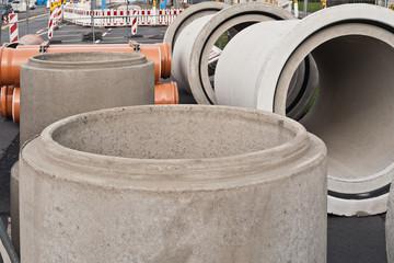 Kanalbau - grosse Rohre aus Beton warten auf ihren Einsatz
