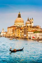 Gondole au coucher du soleil sur le Grand Canal, Venise, Italie