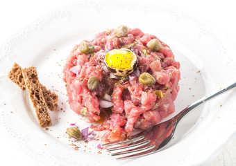 Beef tartare with spices, onions and capers