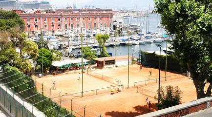 Vista del puerto de Nápoles con pistas de tenis, Italia