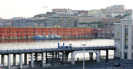 Panorámica del puerto y ciudad de Nápoles, Italia