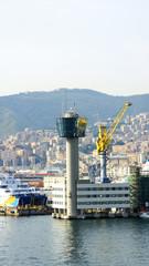 puerto de Génova con torre de control