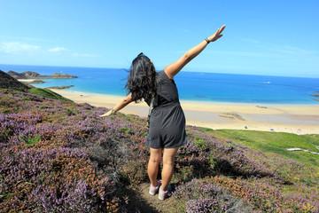 Joie d'une femme sur la côte bretonne