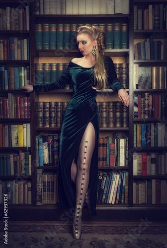 elegante Frau vor Bücherregal