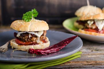 Französische Hamburger, Camembert, Rotweinsauce