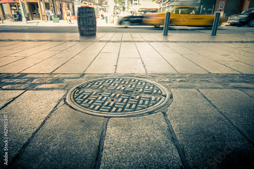Deurstickers New York TAXI Manhole drain cover on streets of lower Manhattan
