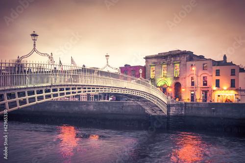 Poster Vintage style historic Ha'penny Bridge, Dublin Ireland at dusk