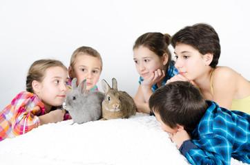 Kinder mit Haustier