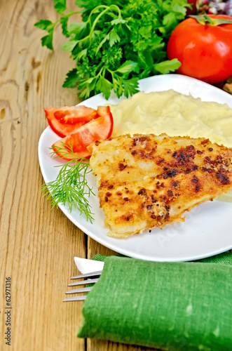 Fish fried with mashed potatoes and tomatoes