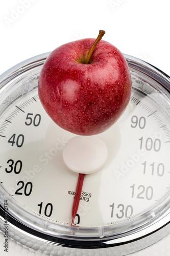 Apfel liegt auf einer Waage
