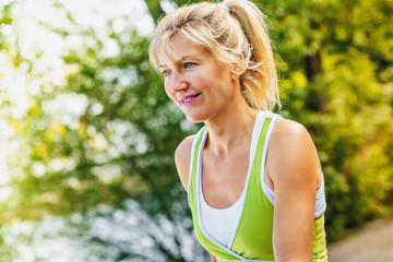 Seniorin beim Nordic-walking