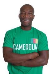 Fussball Fan aus Kamerun mit verschränkten Armen