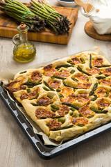 Focaccia con asparagi e formaggio