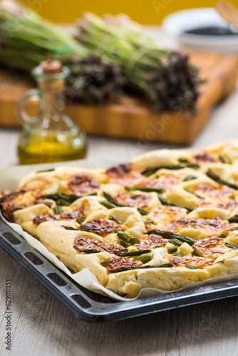 Focaccia con asparagi e formaggio - 62980351