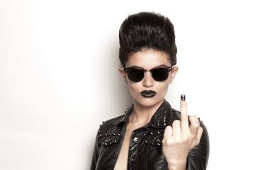 ragazza rock con occhiali da sole