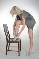Blondine zieht  high heels an