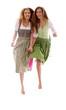 Zwei Mädchen in Tracht springen