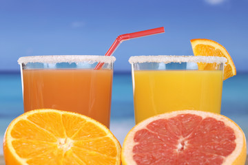 Orangensaft am Strand im Urlaub