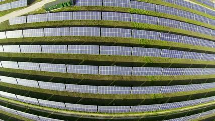 Sorvolo campo fotovoltaico motivo