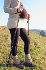 Schwangere Frau beim Wandern