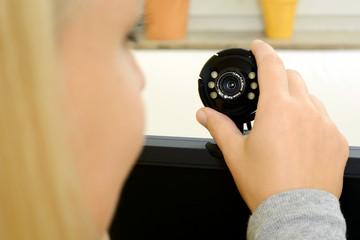 Frau mit Webcam auf Computer-Monitor