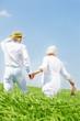 mann und Frau im Feld im Frühling Senioren