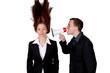 Mann schreit Frau durch Megaphone an